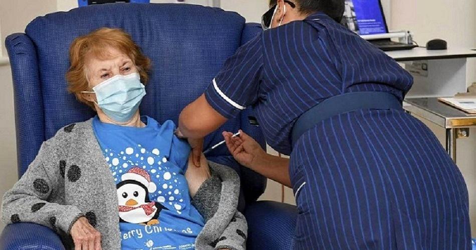 Una mujer de 90 años recibe la primera vacuna del Reino Unido